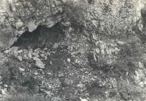 In de omgeving van deze kleine grot werden de Palestijnse lichamen aangetroffen.